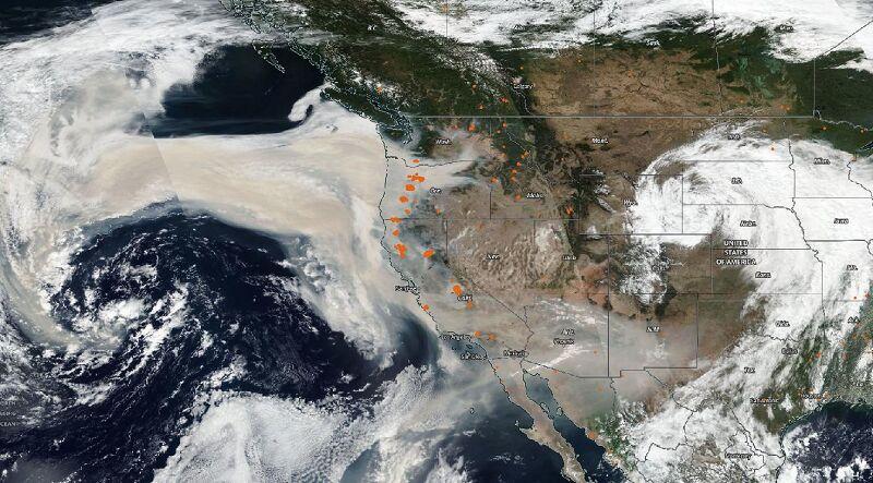 Zdjęcie satelitarne dymu unoszącego się nad USA 11 września. Pomarańczowe kropki pokazują aktywne ogniska (NOAA/NASA)