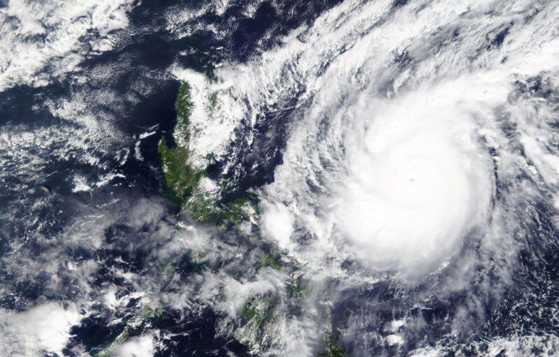 Zdjęcie satelitarne tajfunu Goni (worldview.earthdata.nasa.gov)