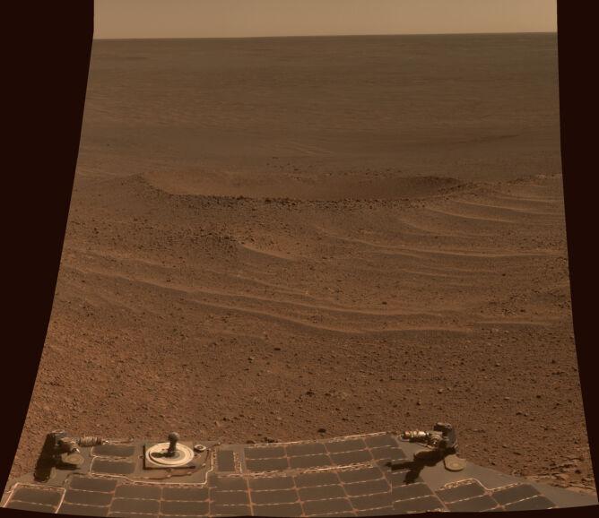 Sfotografowany przez Opoortunity Krater Łunachod 2, nazwany tak na cześć poprzedniego rekordzisty dystansy pokonanego przez pojazd kołowy poza Ziemią